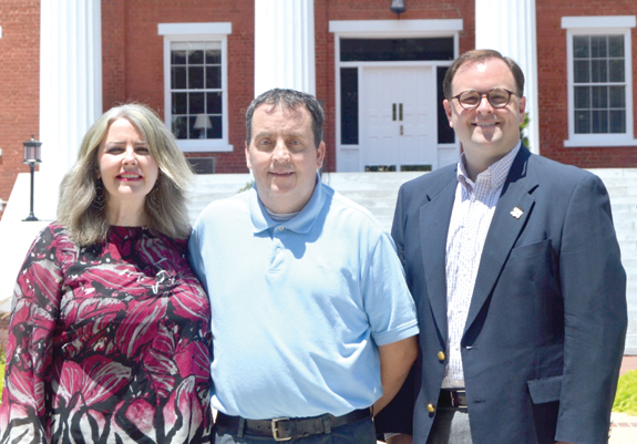<i>Louisburg College honors outgoing alumni president</i>